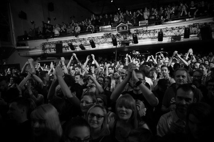 Das Publikum. Ein bisschen verliebt an diesem Abend. (Foto: Sebastian Mast)