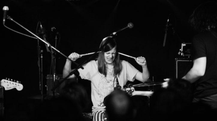 Kevin Kuhn an den notdürftig mit Tape reparierten Drums. Fotos (5): Sebastian Mast